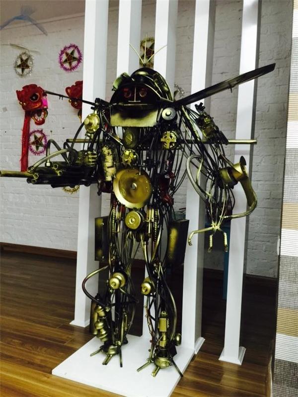 Bên cạnh những món quà Trung thu truyền thống, con robot mang lại nhiều sự thích thú cho các con.(Ảnh: FBNV)