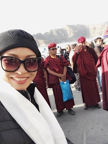 Nữ ca sĩ vui vẻ khi hoàn thành tâm nguyện được hành hương về đất Phật. - Tin sao Viet - Tin tuc sao Viet - Scandal sao Viet - Tin tuc cua Sao - Tin cua Sao