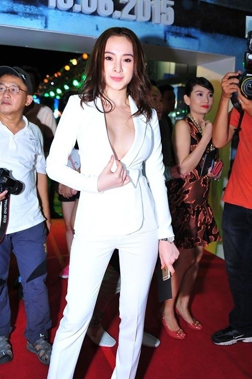 Chiếc vest xẻ ngực sâu khiến Angela Phương Trinh có nguy cơ bị lộ hàng trên thảm đỏ khi chiếc cúc áo trên cùng bất ngờ bị bung ra. Nữ diễn viên đã nhanh chóng lấy tay che đi phần ngực để tránh gặp sự cố.