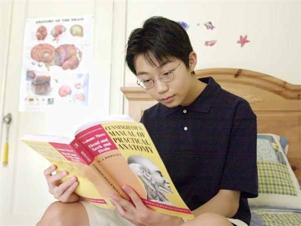 Sho Yano tốt nghiệp Đại học Loyola năm 12 tuổi và chỉ mất 3 năm để hoàn thành chương trình học. Sau đó, ở tuổi 21, thần đồng nhận bằng tiến sĩ y khoa từ Đại học Chicago, Mỹ. Ảnh: AP.