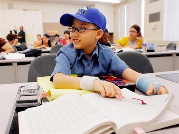 Năm 12 tuổi, Moshe Kai Cavalin bắt đầu học ngành Toán tại Đại học East Los Angeles. Theo AP, trong các năm học, điểm trung bình của thần đồng luôn đạt A+. Ảnh: AP.