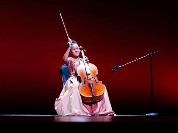 Thần đồng violoncello Sujari Britt, 14 tuổi, là sinh viên năm hai tại Nhạc viện Manhattan, Mỹ. Cô bé từng biểu diễn cho Tổng thống Obama tại Nhà Trắng. Ảnh: AP.