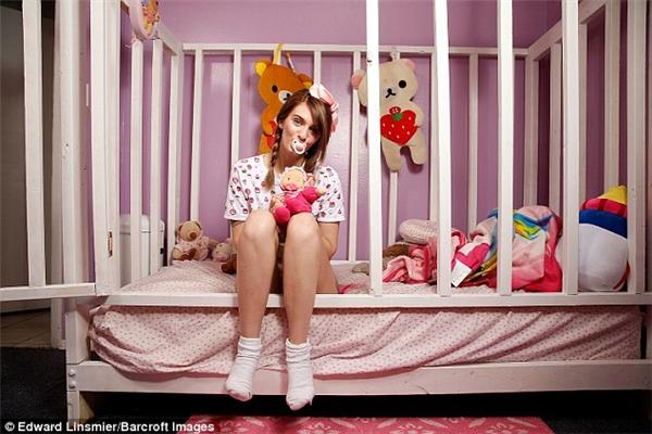 Jess đã được 21 tuổi nhưng lại có sở thích ăn mặc như trẻ sơ sinh.