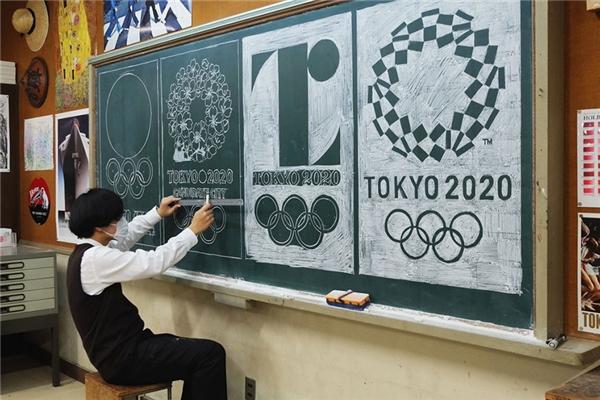 ThầyHirotaka Hamasaki thể hiện tài năng thiết kế đồ họa của mình.