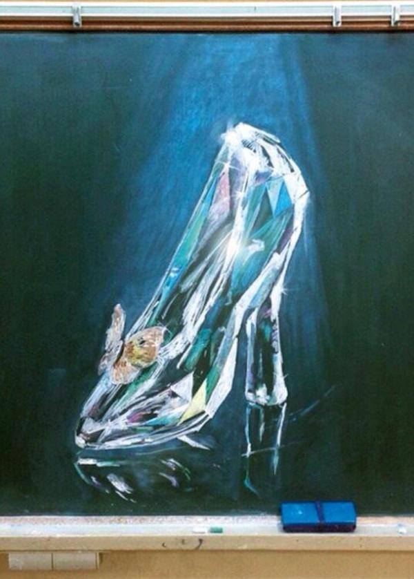 Khó có thể chiếc giày thủy tinh lung linh nàylà một bức tranh vẽ bằng phấn.