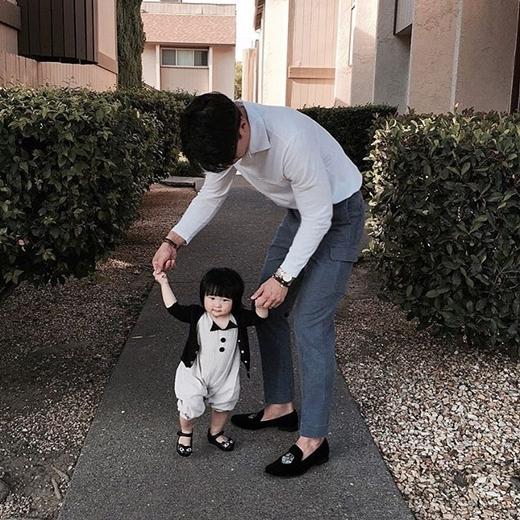 """Ông bố cao 1m92 và cô con gái nhỏ đang khiến chị em phát """"sốt""""."""