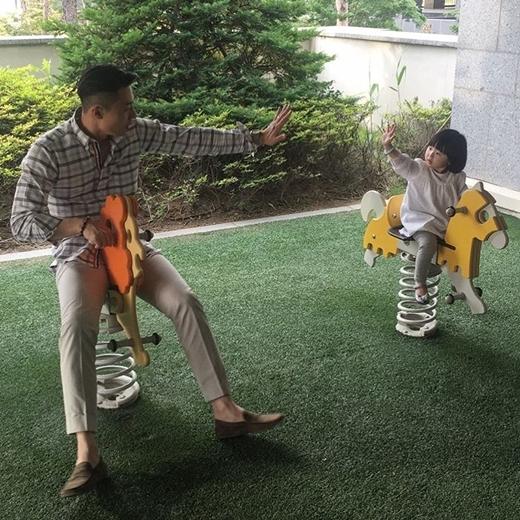 Anh thường chia sẻ những khoảnh khắc chơi đùa cùng với bé Ji Ahn.