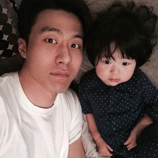 Ji Ahn có đôi mắt rất giống bố của mình.