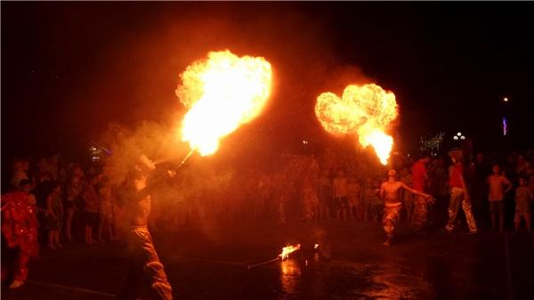 Hai thanh niên đang biểu diễn thổi lửa trong đám múasư tử đêm Trung thu 2016 tại Hải Phòng. Ảnh: Mùa Xuân Dũng