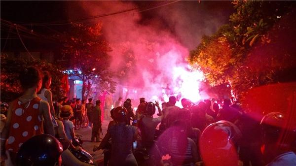Lân phun lửa sáng rực mộtgóc phố, nguy cơ bén lửa gây hỏa hoạncho những người xung quanh rất cao. Ảnh: Phạm Tuấn Thanh