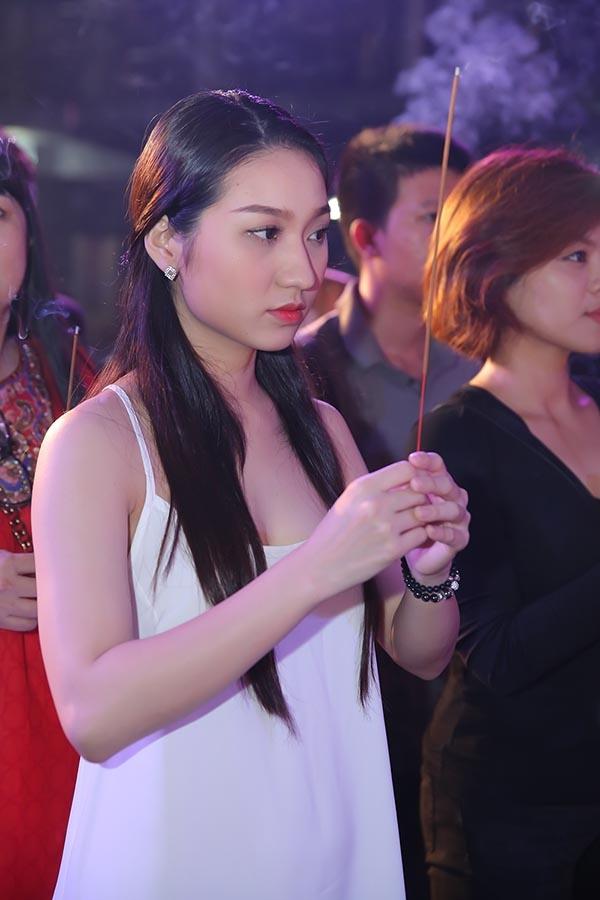 Diện chiếc váy hai dây mang phong cách của váy ngủ, Cao Mỹ Kim (tình cũ của Bùi Anh Tuấn) bỗng trở nên lọt thỏm giữa những đàn anh, đàn chị trong buổi lễ do Đàm Vĩnh Hưng tổ chức.