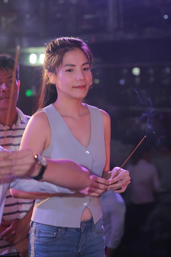 Phần ngực hở sâu cùng chiếc áo quá ngắn cũng khiến Kiwi Ngô Mai Trang gây tranh cãi khi đến thắp hương bái tổ.