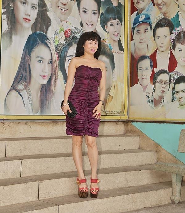 Người cuối cùng nằm trong danh sách này chính là nghệ sĩ Uyên Thảo. Cô diện bộ váy cúp ngực ôm sát trông vô cùng gợi cảm trong khi các đồng nghiệp lại kín bưng, thanh lịch.