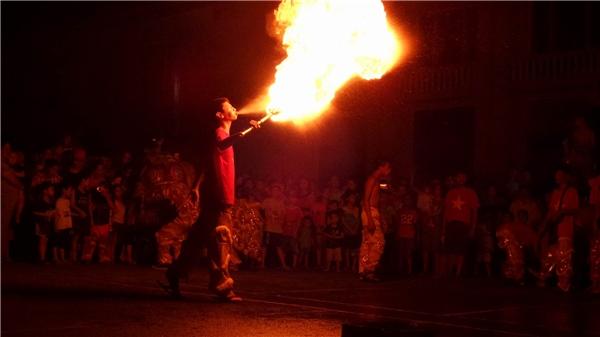 Luồng dung dịch được phun trực tiếp từ miệngngười biểu diễn, thường là dânnghiệp dư có thể gây cháy bỏng bất kỳ lúc nào. Ảnh: Mùa Xuân Dũng