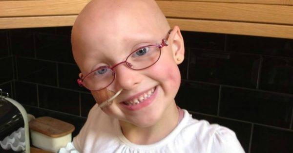 Dù bị ung thư nhưng Emily vẫn nở nụ cười đầy lạc quan. (Ảnh: The Sun)
