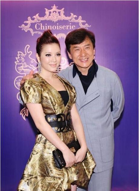Tháng 9/2011, Lý Nhã Kỳ sang Hong Kong tham gia buổi gây quỹ từ thiện do Thành Long tổ chức. Được biết, cô là một trong số ít sao châu Á được mời tham dựhoạt động này. - Tin sao Viet - Tin tuc sao Viet - Scandal sao Viet - Tin tuc cua Sao - Tin cua Sao