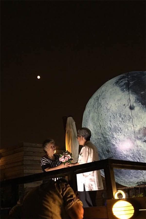 """""""Vì em, anh có thể hái vầng trăng kia xuống làm quà"""""""