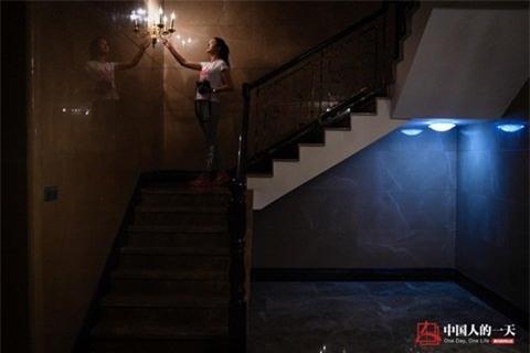 Công việc của Cầm Mai là trải nghiệm cuộc sống tại căn hộ hạng sang và cuối tháng nhận về khoảnthù lao béo bở.