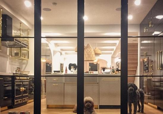 Samson sống cùng ông chủ trong một căn nhà sang trọng tại New York, Mỹ.