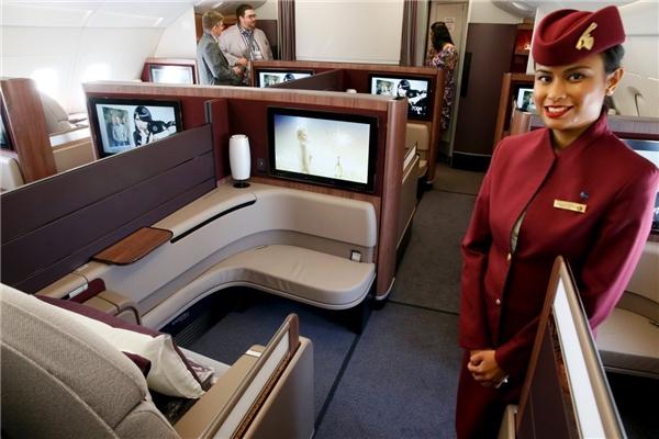 """Đến với khoang hạng nhất của hãng hàng không Qatar Airway, việc đầu tiên bạn làm sẽ là… ngã ngay vào chiếc giường """"siêu hấp dẫn"""" cùng chiếc chăn bông trắng tinh, ấm áp.(Ảnh: Business Insider)"""