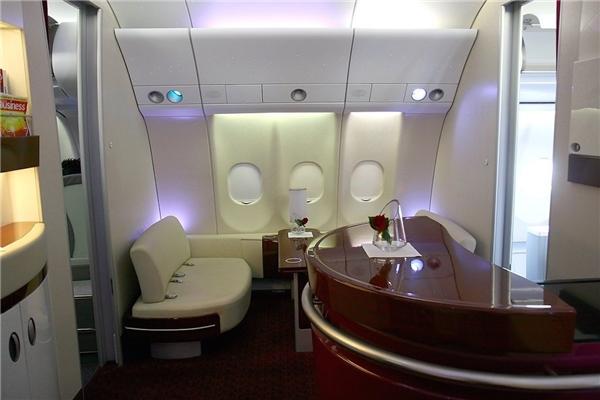 Với giá khoảng 5.000 đô (khoảng 111 triệu đồng) cho một vé một chiều, hành khách của khoang hạng nhất (và khoang hạng thương gia) có thể thoải mái sử dụng phòng sky lounge (phòng chờ máy bay hạng sang tại sân bay).(Ảnh: Business Insider)