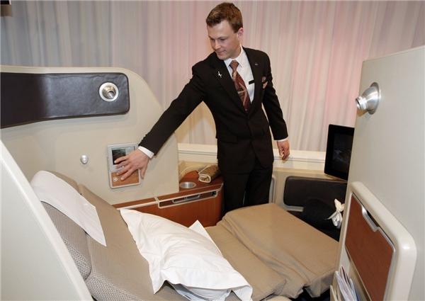 """Khoang hạng nhất của hãng hàng không Qantas có giá 15.000 đô (khoảng 333 triệu đồng) hoàn toàn xứng đáng """"đồng tiền bát gạo"""" khi không gian được thiết kế hoàn toàn biệt lập, đảm bảo sự riêng tư. Ngoài ra, hành khách được trang bị kem dưỡng mắt, một bộ pyjama để sử dụng trong chuyến bay.(Ảnh: Business Insider)"""