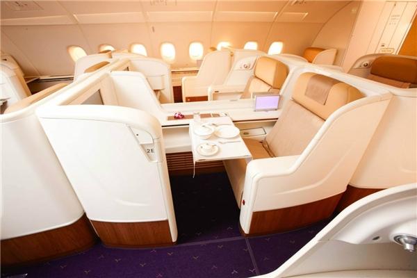 Mỗi khoang hạng nhất của hãng hàng không Thai Airways có chiều rộng tối thiểu là 21 inch, trang bị TV màn hình phẳng hiện đại. Giá vé một chiều từ New York đến Bangkok cho khoang hạng nhất của Thai Airways có giá 6.000 đô (khoảng 133 triệu đồng).(Ảnh: Business Insider)