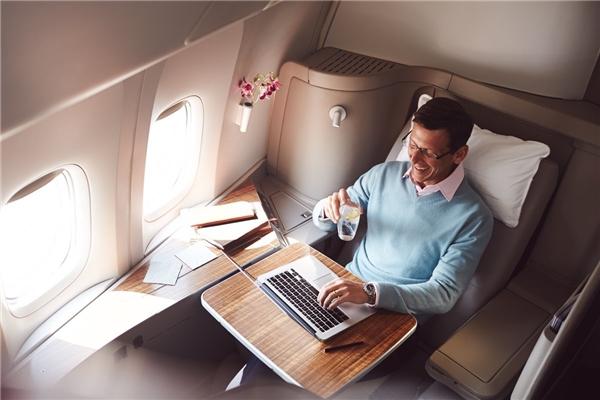 Ghế ngồi có thể biến thành giường nằm, TV riêng, quần áo ngủ riêng và màn hìn LCD cảm ứng để điều khiển đèn là những điểm đáng chú ý của khoang hạng nhất này.(Ảnh: Business Insider)