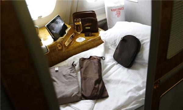 """Không gian riêng và phòng tắm riêng là những điều tuyệt nhất mà khoang hạng nhất của hãng hàng không Emirates có thể mang đến cho các """"thượng đế"""". Chuyến bay một chiều kéo dài 18 tiếng từ Dubai đến New York có giá 9.000 đô (khoảng 200 triệu đồng).(Ảnh: Business Insider)"""