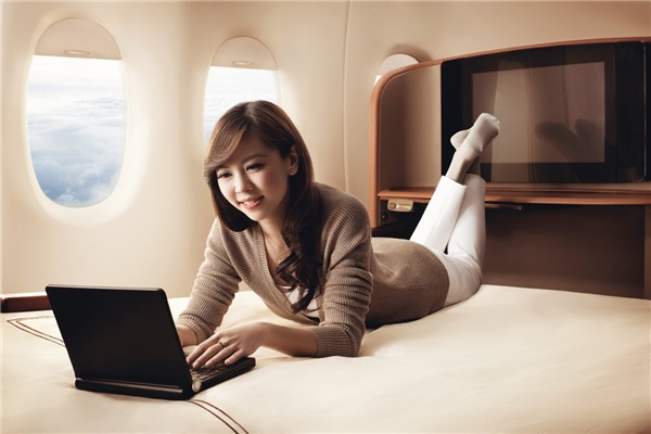 """Giường trên khoang hạng nhất của hãng hàng không Singapore Airlines có khi còn """"ngon lành cành đào"""" hơn cả giường ngủ ở nhà bạn nữa đấy. Chiếc giường có kích cỡ 82 x 35 inch, thêm phần đệm lót êm ái phía dưới, càng làm cho trải nghiệm bay tại khoang hạng nhất thêm phần tuyệt vời.(Ảnh: Business Insider)"""