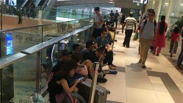 Nhiều người Việt chờ mua iPhone 7 ở Singapore. Ảnh: Lê Nam -Tuổi Trẻ