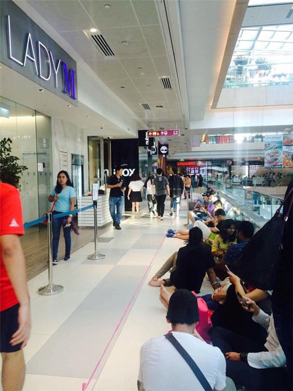iPhone 7 tại Việt Nam chỉmới có nguồn hàng từ Singapore. Ảnh: Lê Nam - Tuổi Trẻ