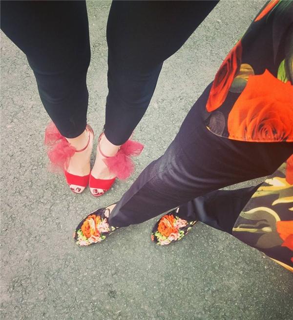 """Hình ảnh """"so kè"""" 2 đôi giày được Hồ Ngọc Hà chia sẻ trên trang cá nhân."""