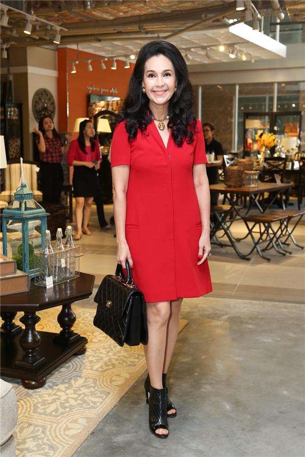 Diễm My diện váy đỏ kết hợp với phụ kiện màu đen như: túi, giày của Chanel.