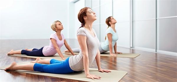 Đăng kí một lớp học yoga buổi sáng sẽ làm động lực cho việc dậy sớm.