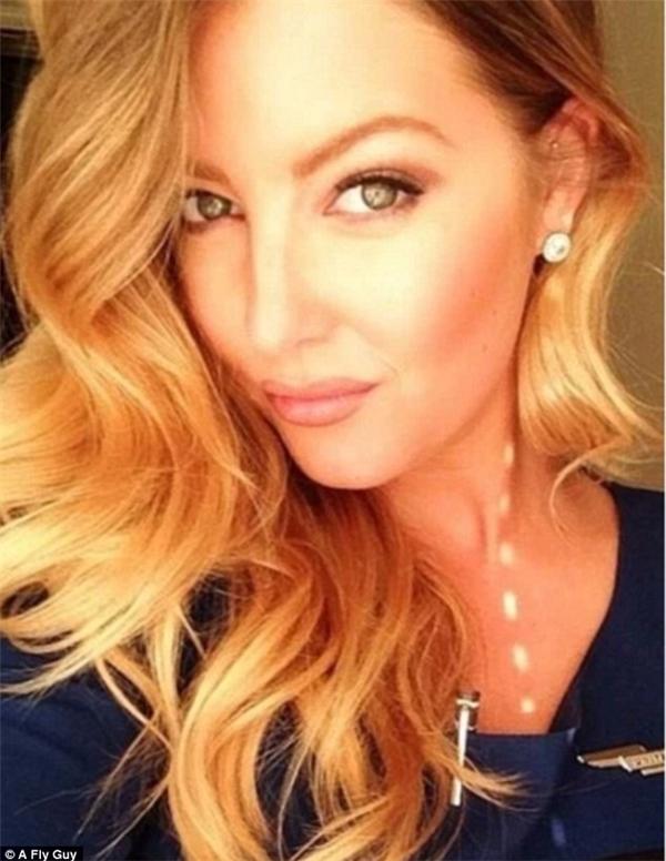 Một nữ tiếp viên hàng không của hãng hàng không United Airlines với mái tóc vàng uốn lọn quyến rũ.