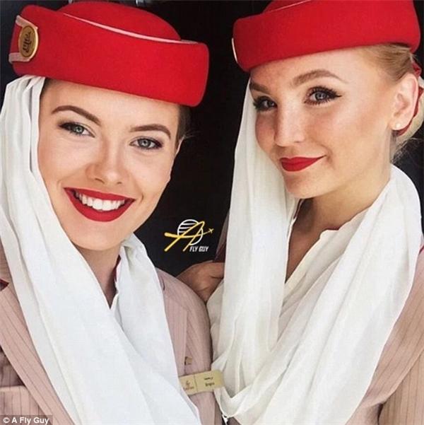 Nụ cười rạng rỡ của nữ tiếp viên hàng không tại Các Tiểu vương quốc Ả Rập thống nhất.