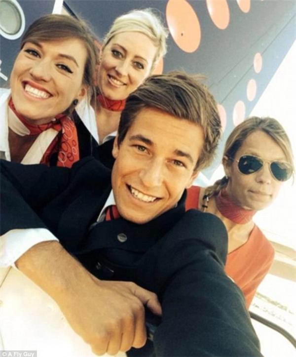 Không chỉ nữ mà cả nam tiếp viên hàng không của hãng hàng không Brussels Airlines cũng vô cùng quyến rũ.