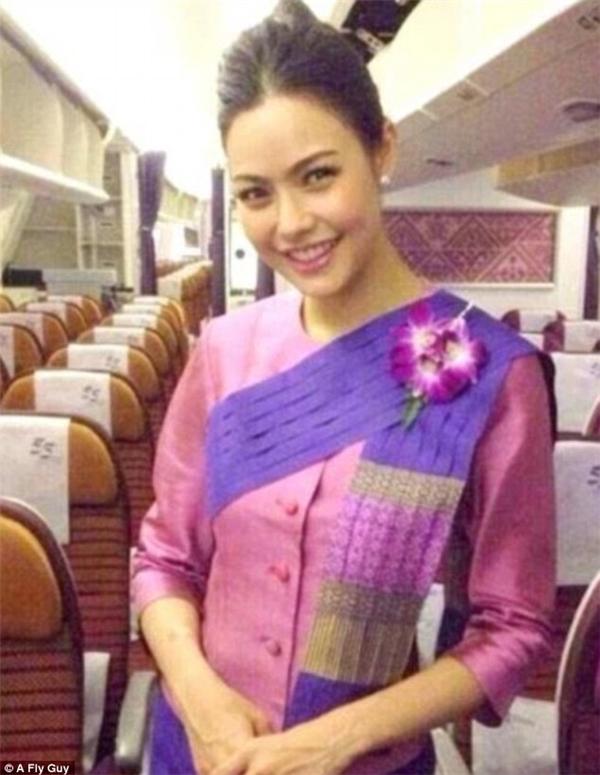 Nụ cười duyên dáng của một nữ tiếp viên hàng không Thai Airways khiến bất cứ hành khách nào cũng phải xiêu lòng.