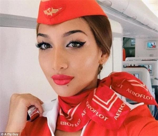 Cô gái yêu màu đỏ là nữ tiếp viên của hãng hàng không Aeroflot tại Nga.