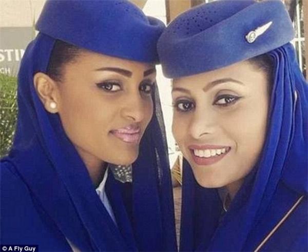 2 nữ tiếp viên đến từ một hãng hàng không của Ả Rập Saudi.