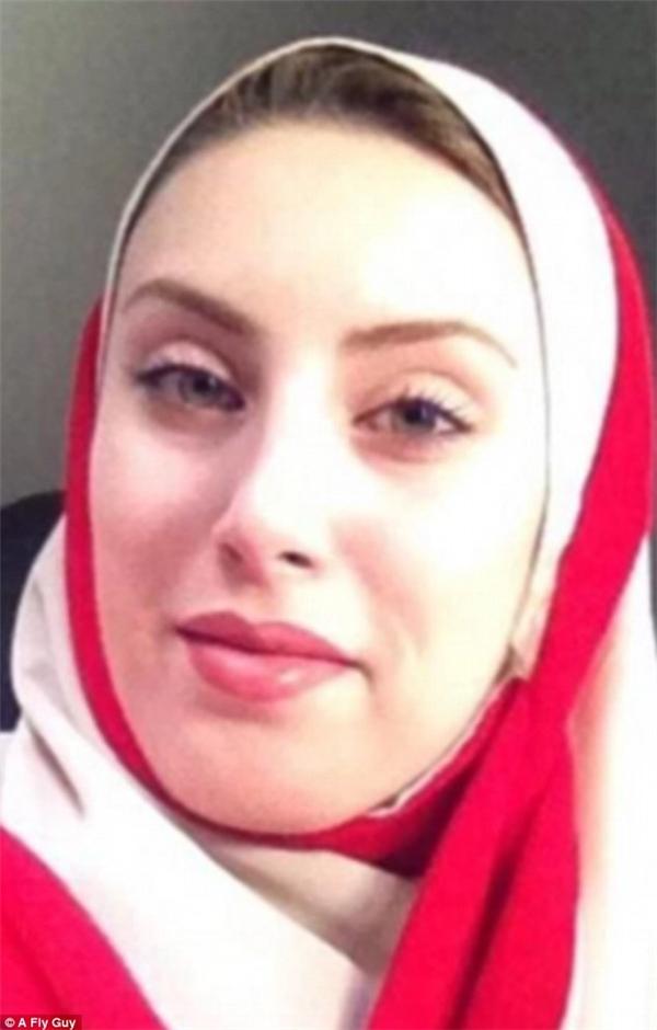 Nữ tiếp viên của hãng hàng không Iran Qeshm Air.