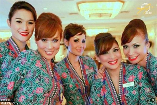 Dàn tiếp viên hàng không của hãng Malaysia Airlines với những bộ đồng phục đầy màu sắc.