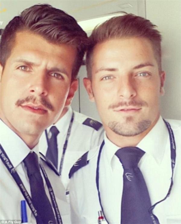 Những chàng trai đẹp hơn hoa đến từ hãng Blue Panorama Airlines.