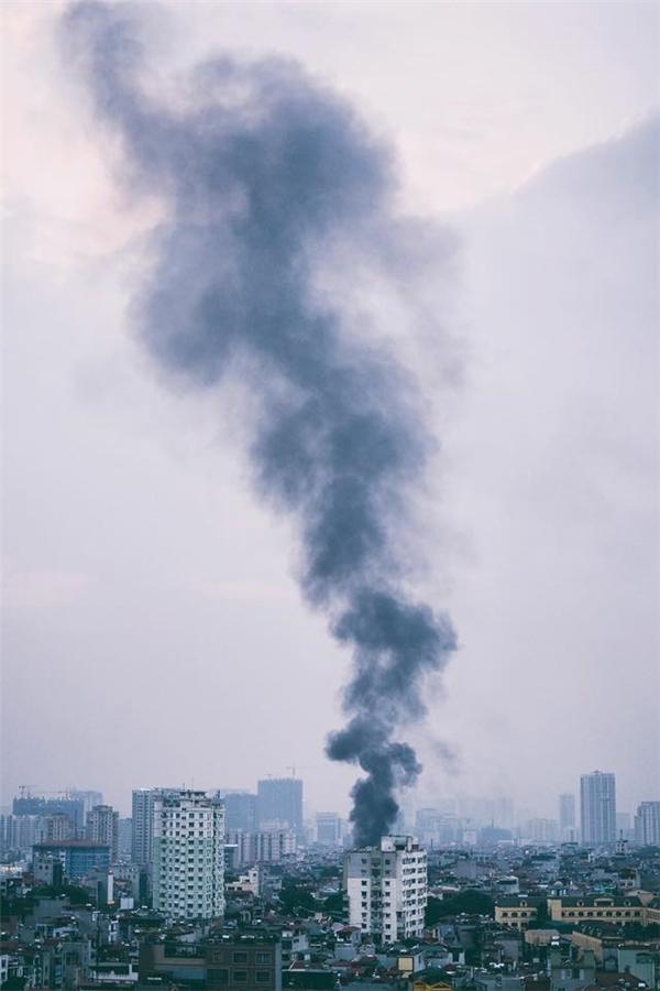 Nhìn từ xa, đám cháy tạo thành cột khói lớn. Ảnh: James Duong