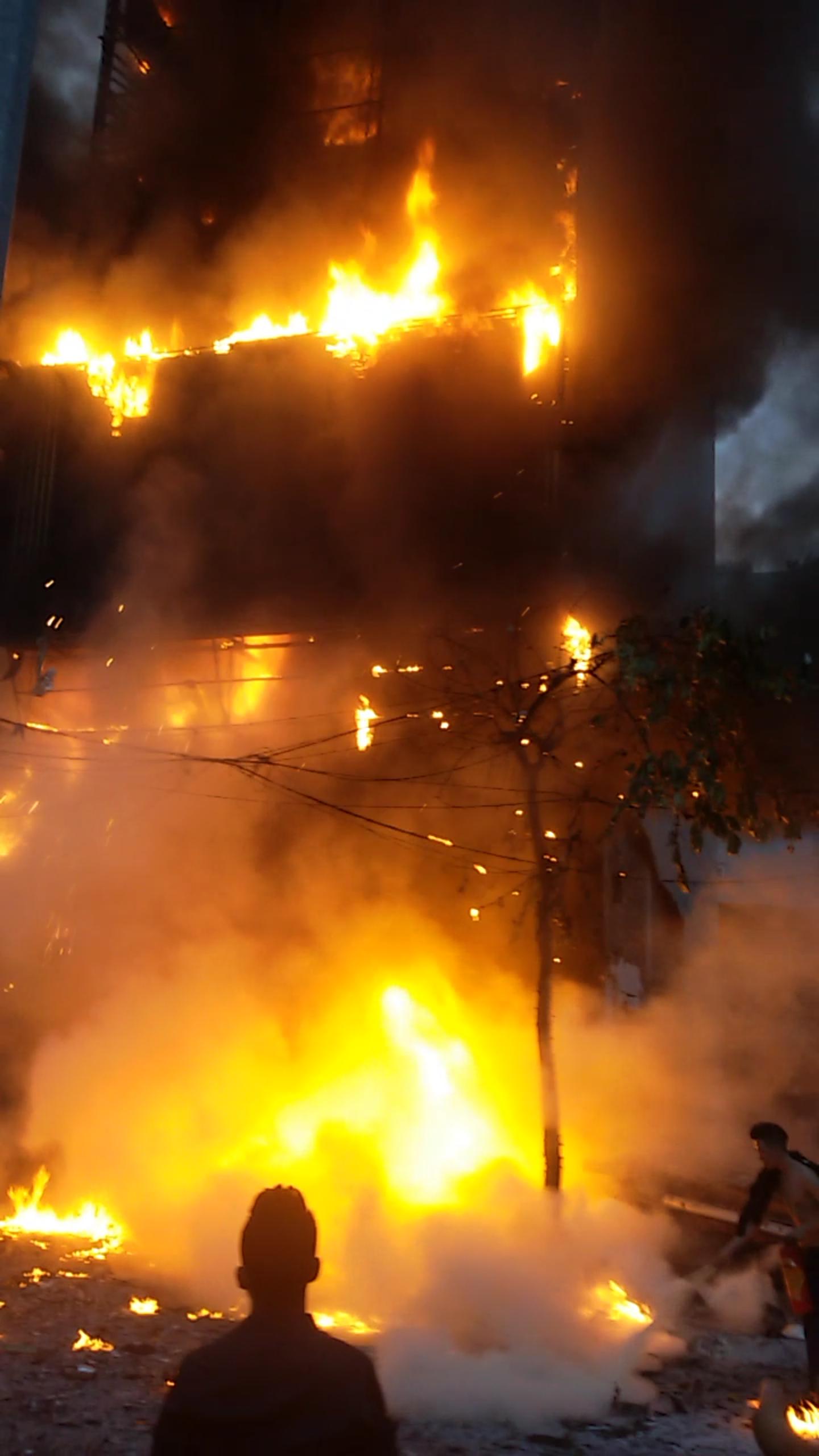 Khoảng 30 phút sau khi đám cháy bùng phát(18h00), lực lượng cảnh sát PCCC công an Hà Nội có mặt cùng các thiết bị chữa cháy, lên phương án dập lửa.