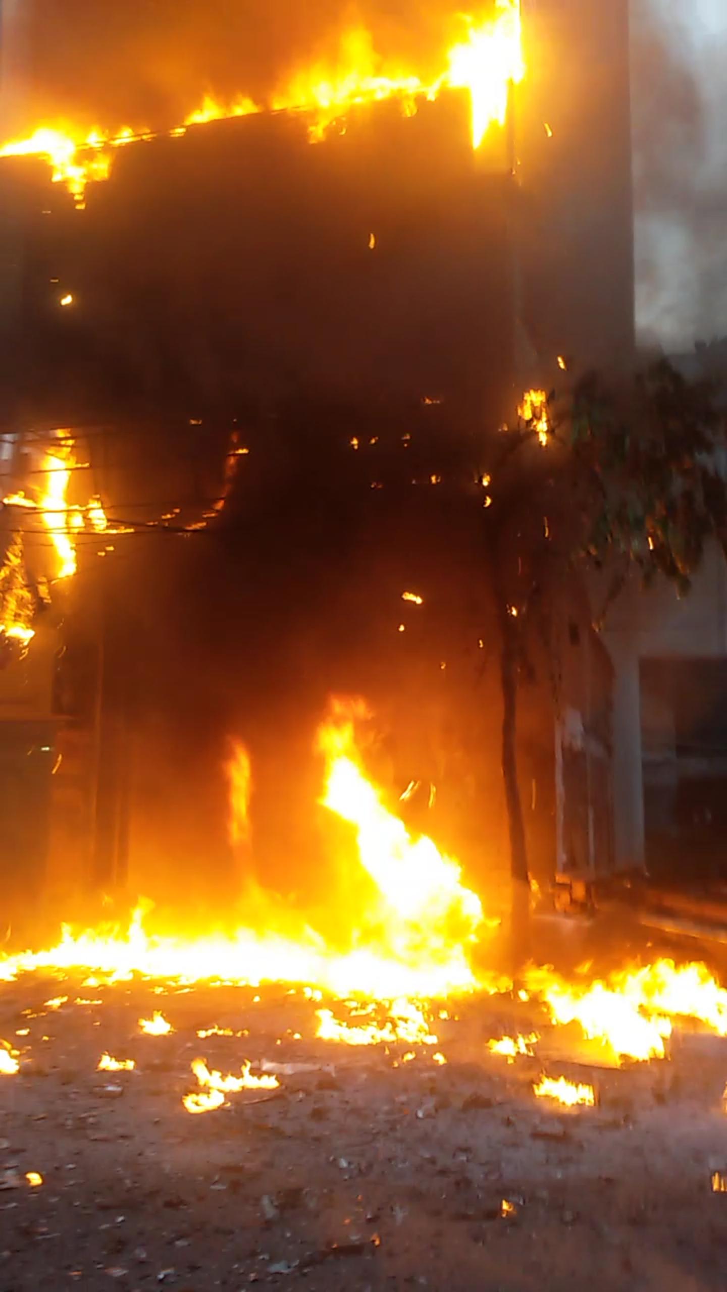 Đến 18h43p,ngọn lửa vẫn bốc cháy dữ dội, chiếm toàn bộ mặt tiền tòa nhà, khói bụi bốc lên cao ngùn ngụt