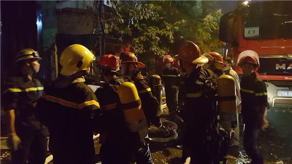 Toàn bộ lực lượng PCCC các khu vực lân cận được huy động tập trung cứu hỏa. Đây là đám cháy lớn và vô cùng nguy hiểm bởi nằm sát mặt đường, dễ gây nguy hiểm cho người dân qua lại.