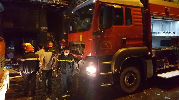 19h30, ngọn lửa được khống chế mộtphần bên ngoài mặt tiền, bên trong đám cháy vẫn bốc lửa