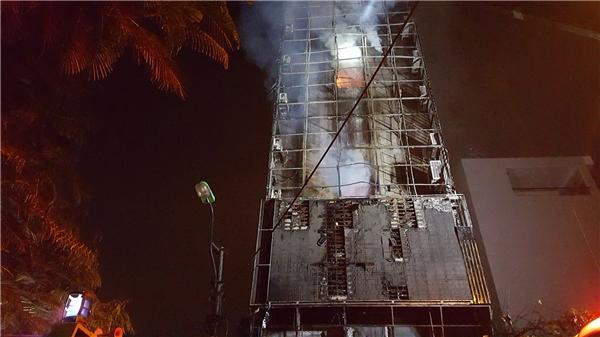 19h55, ngọn lửa phía bên ngoài tạm tắt, nhưng bên trong vẫn bốc cháy. Lực lượng PCCC bắt đầu tiếp cận đượcvào bên trong tòa nhà